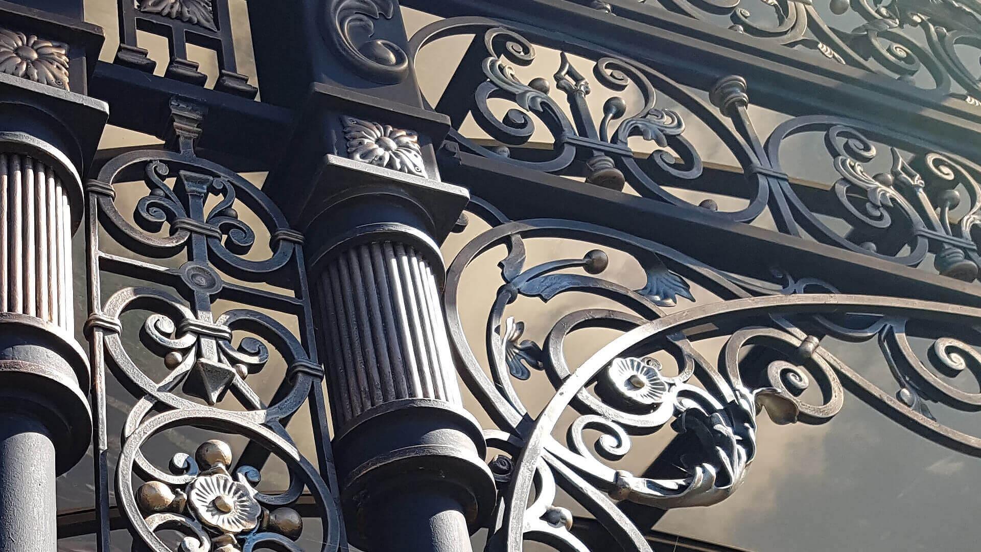 Художня ковка Київ. Замовити ковані ворота сходи, майстерня. Компанія з виробництва кованих виробів в Києві
