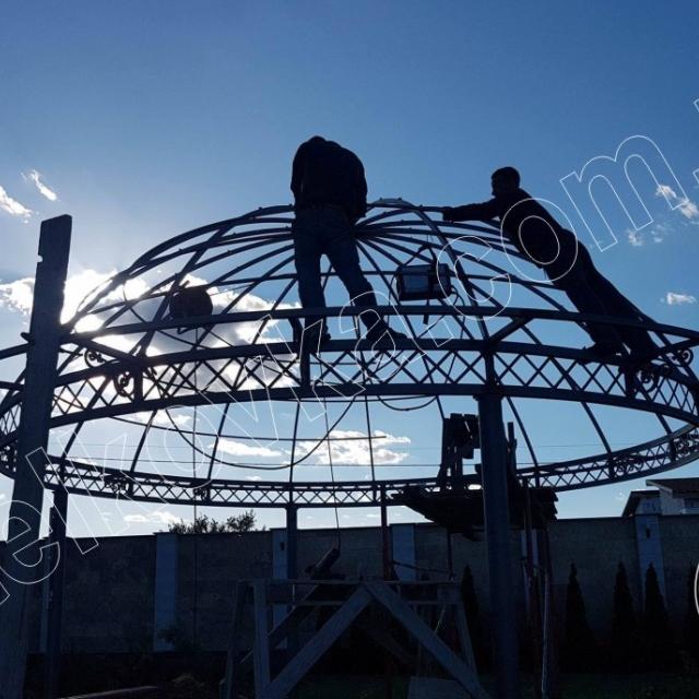 Установка даху кованої альтанки