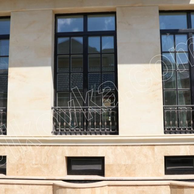 Будинок з французькими балконами