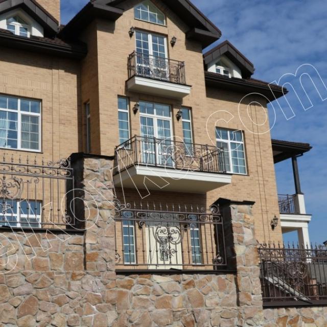 Ковані балкони і паркан