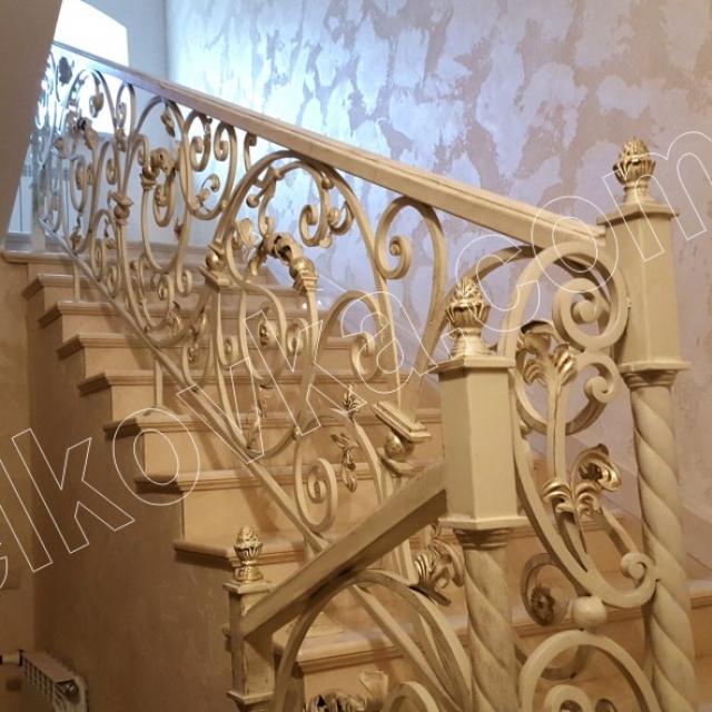 Класичні сходи в будинку