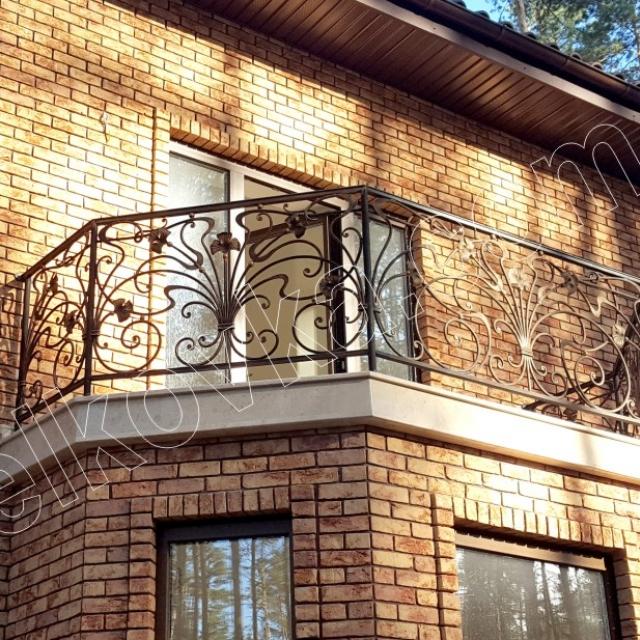 Невеликий кований балкон