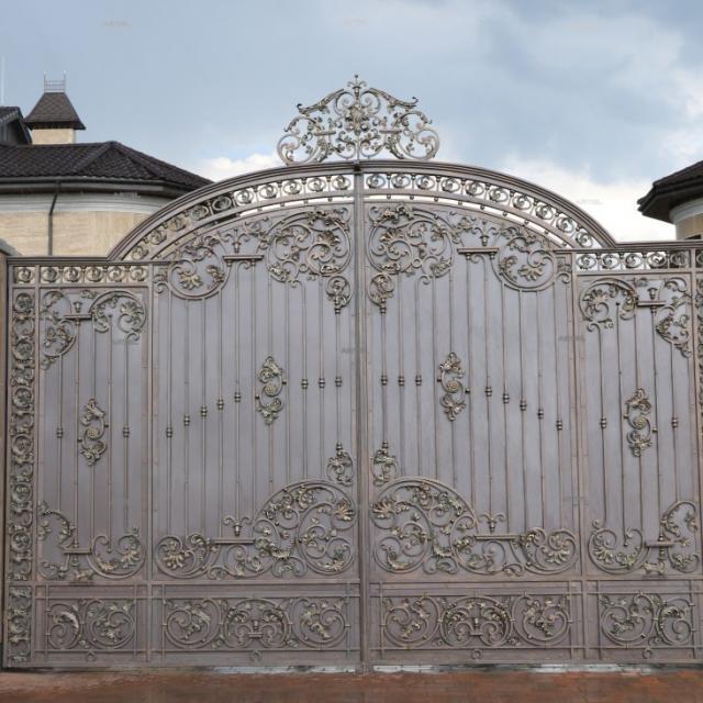 Великі ковані ворота