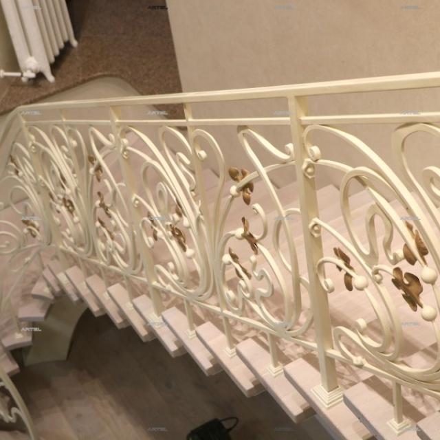 Білі сходи з золотими листям