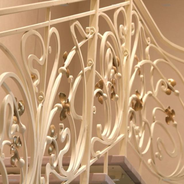 Білі ковані сходи