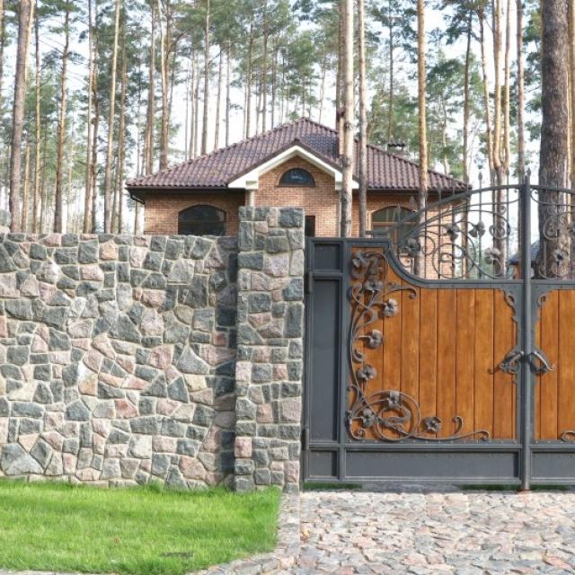 Ворота ковані з деревом