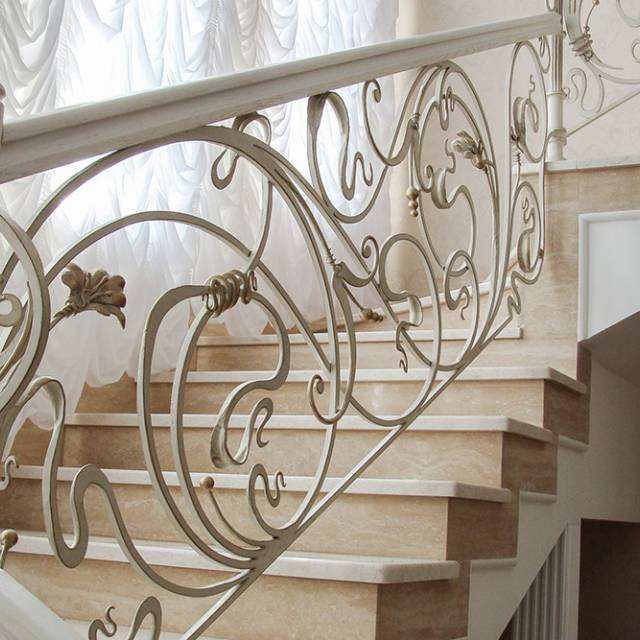 Красиві сходи в будинку