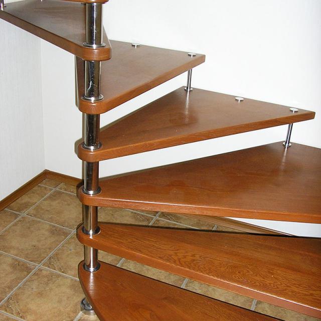 Гвинтова ділянка сходів на больцах